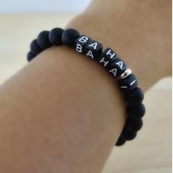 Bracelet mot 'BAHAI' perles noires mates